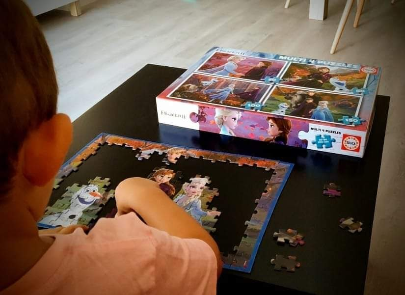 Alan haciendo un puzzle